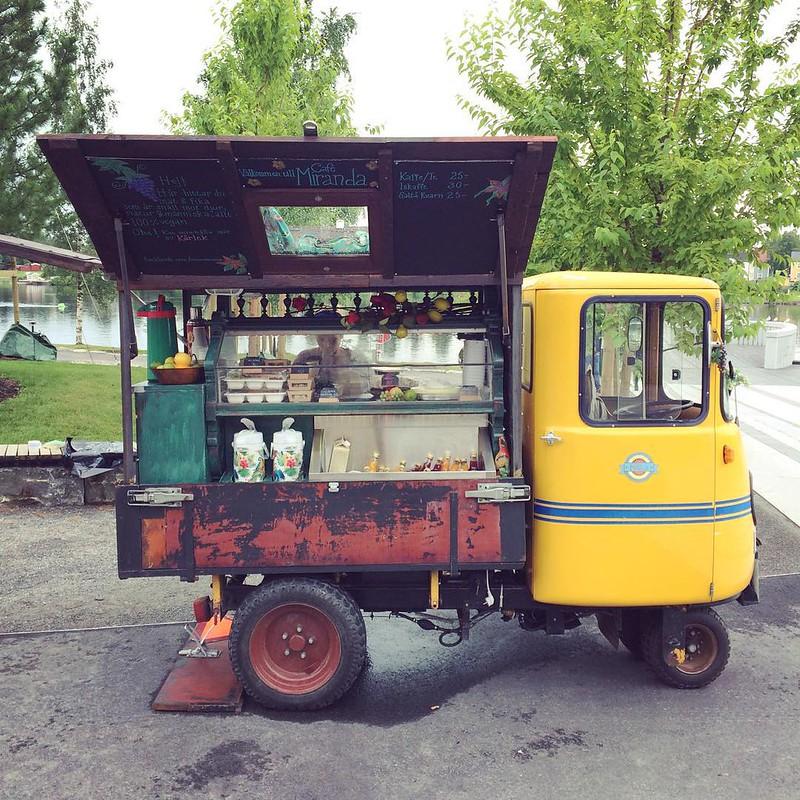 Vi tog en fika på Miranda, det hemmasnickrade vegancafét på hjul vid älven. Det smakade nougat, citron och fluff. #vadveganeräter i Umeå.