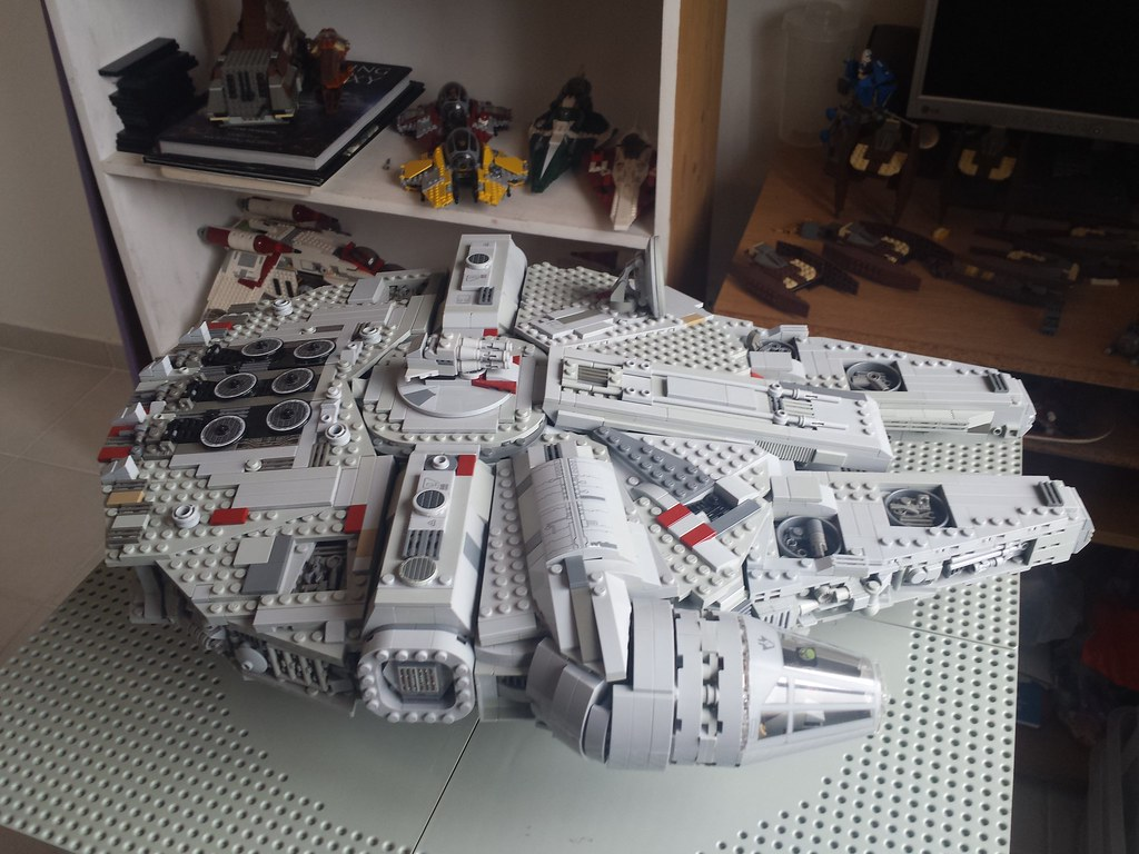 Lego Millennium Falcon left