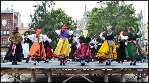 folklore baile trajeregional colorido león color colorful freshair dance blue rojo red azul amarillo yellow danza bailepopular populardance verde multicolored green faldas skirts spain españa ciudad city