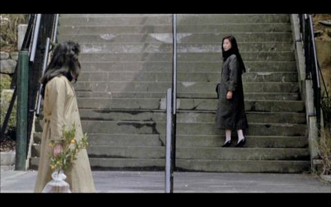 映画「ラブホテル」階段ですれ違う女二人