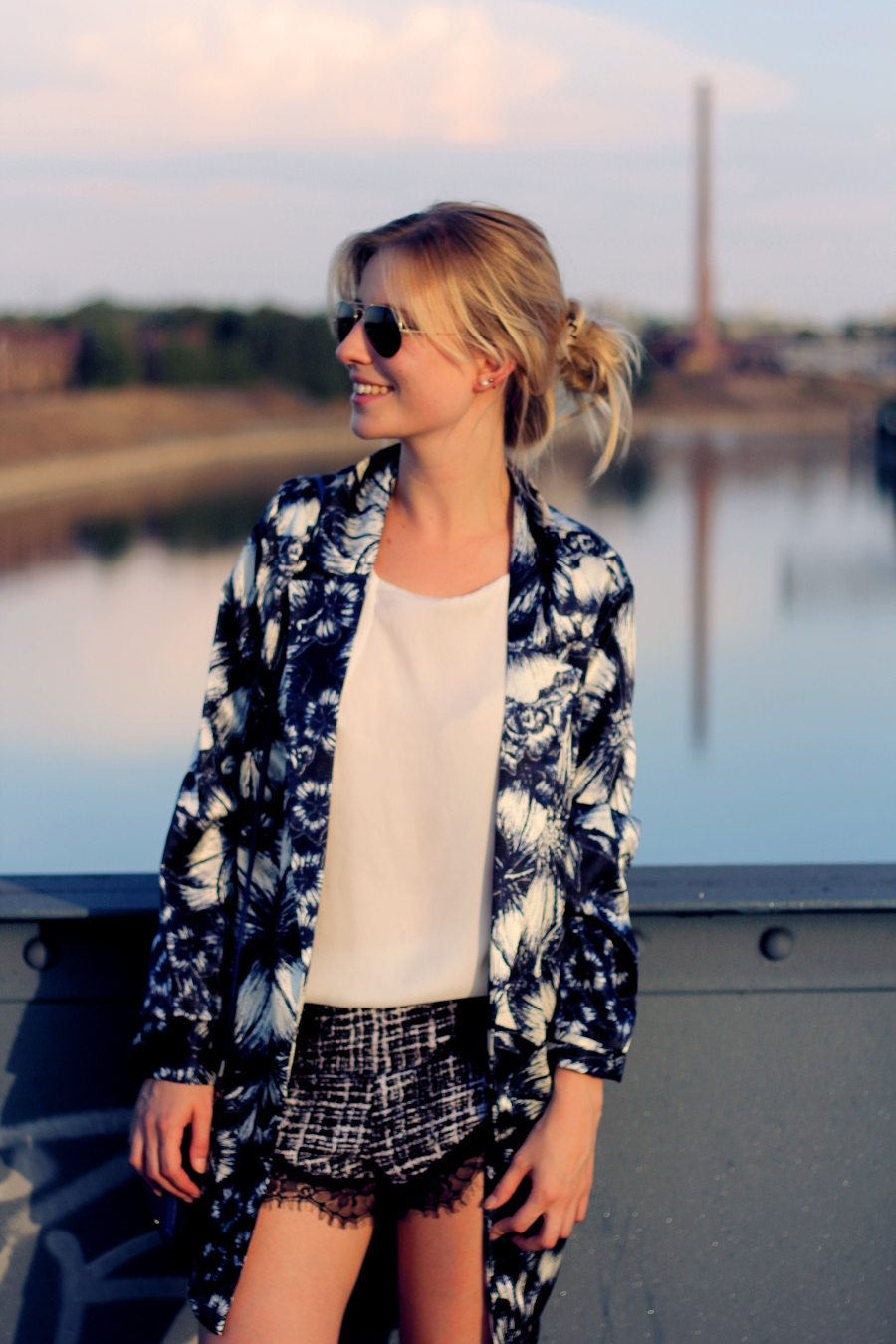 outfit-blonde-sunlight-sunset-rayban-coat-flower-print-shorts-missguided-glases