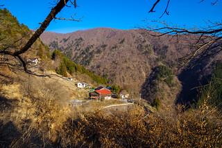 奧集落・・・背後の山は榧ノ木尾根かな・・