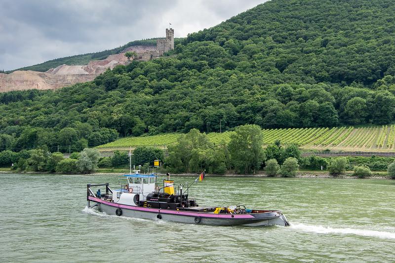 Tug boat near Sooneck Castle