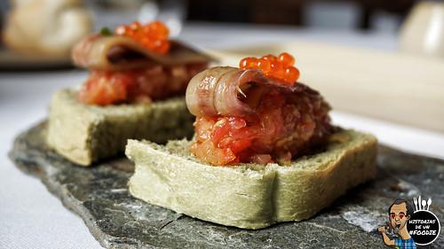 Anchoa doble cero de Santoña sobre tomate ecológico y pan casero de algas, acompañado de huevas trucha - Casa Elena