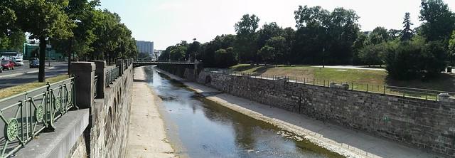 Panoramabild von der Stubenbrücke auf den Wien Fluss sowie auf den Stadtpark