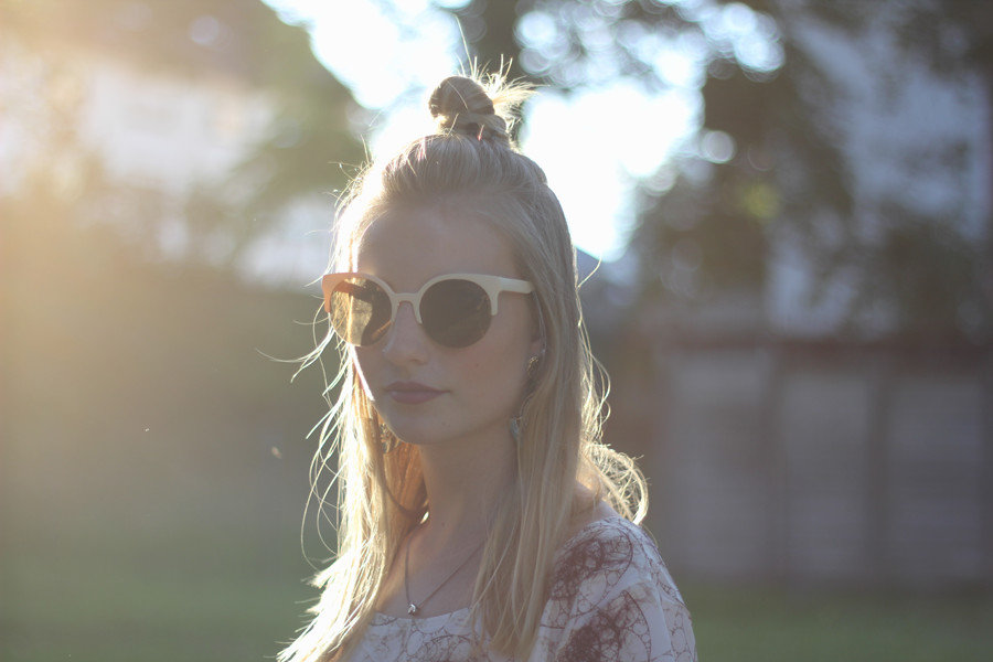 outfit-face-portrait-sunlight-backlight-bokeh-sunglasses-blonde-hairstyle-red-lips-dress-motel-rocks-alternative-grunge-girly-fashion-addicted