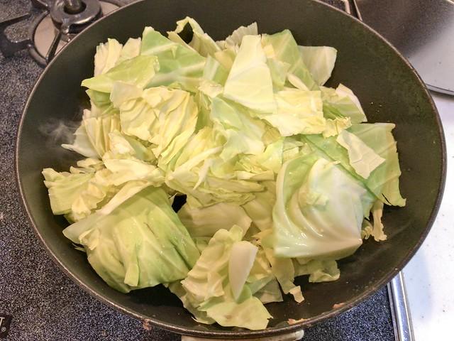 サラダ油を少しだけ引いてキャベツを投入