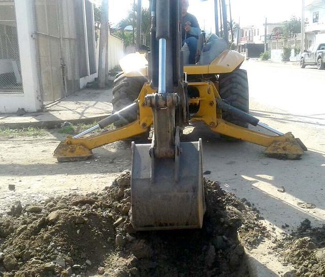 Aguas del Chuno EP repara tubería de aguas servidas calle Colón