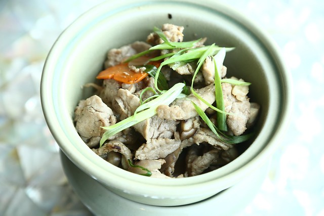 Mhoo Phad Prig Thai dum - Stir fried pork with black peppercorn sauce