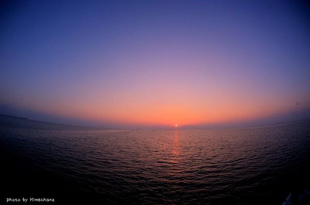 水平線から上がる朝日、贅沢な景色だなぁw