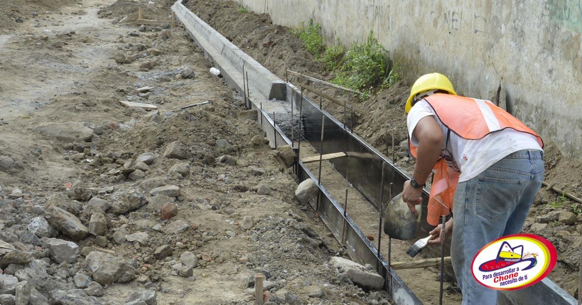 Construyen bordillos y aceras en callejón del Agua Potable