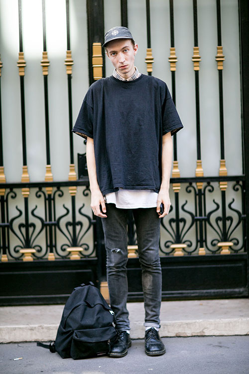 無地黒Tシャツ×ブラックジーンズ×黒ダービーシューズ