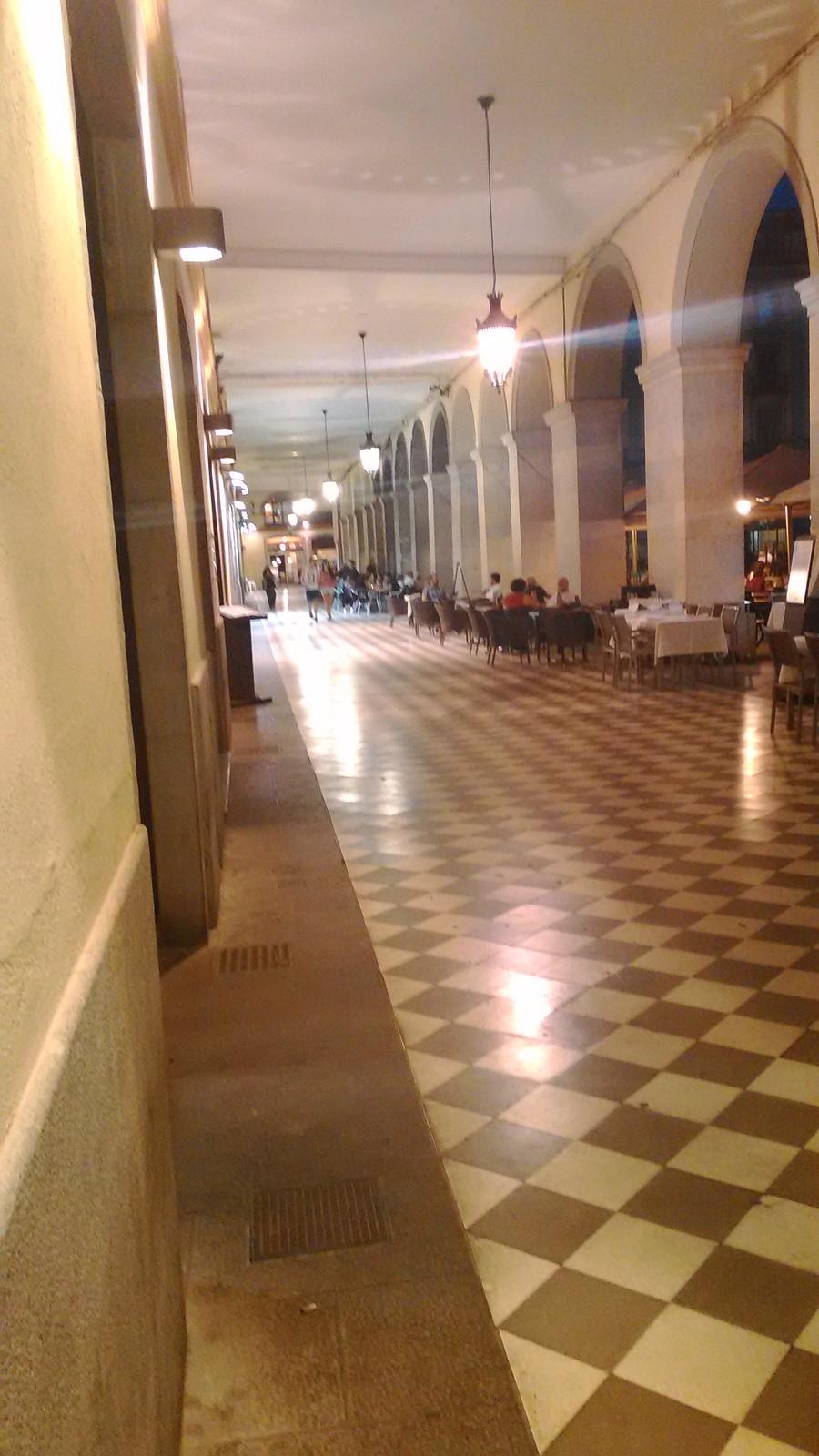 Plaça porticata de la Independència - Girona