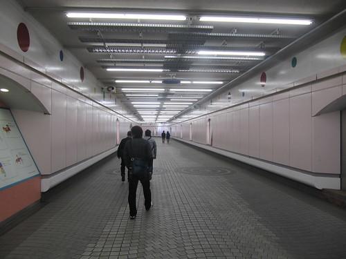 中山競馬場内馬場への地下通路道中