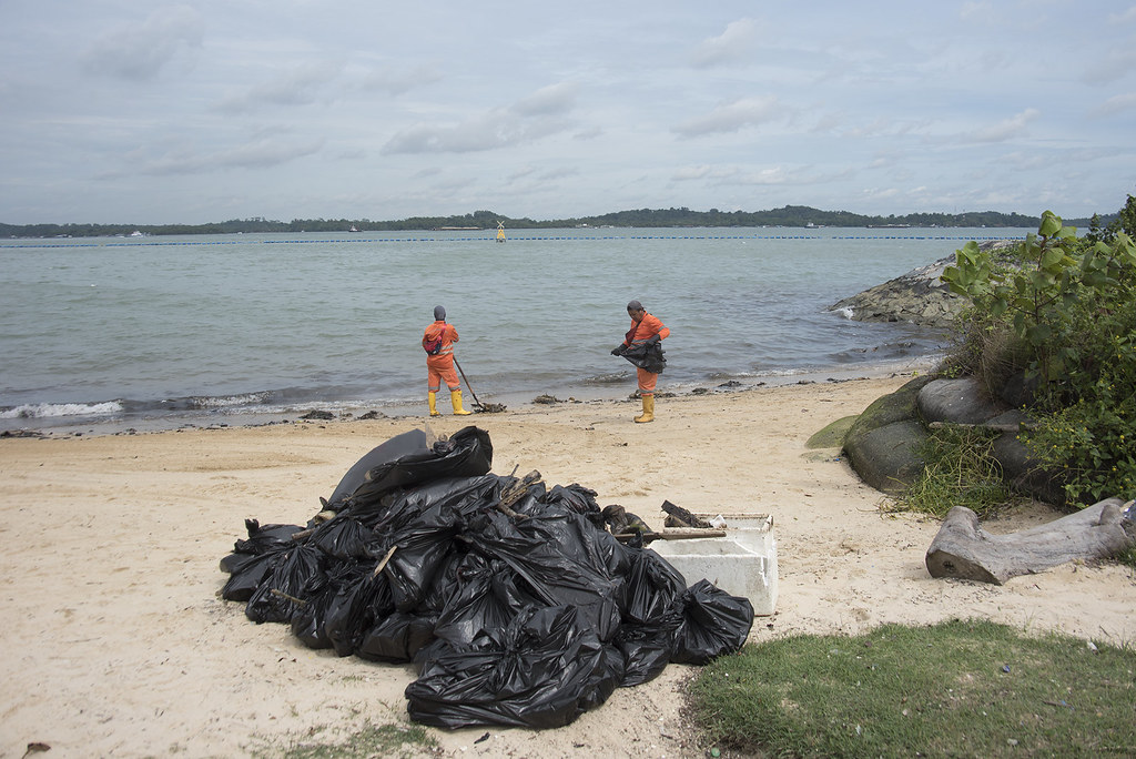 Oil spill in the Johor Strait (5 Jan 2017) from Pasir Ris Carpark A