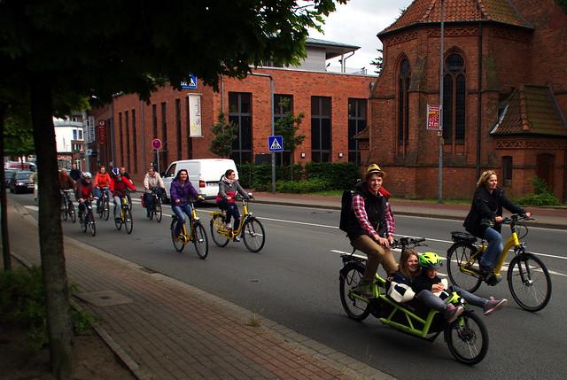 Viele Fahrradfahrer auf einer Straße
