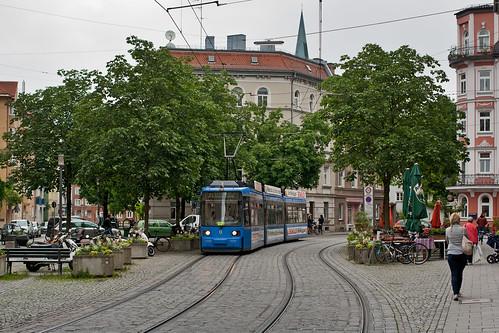 Der redesignte Zug 2150 am 2150 Genoveva-Schauer-Platz
