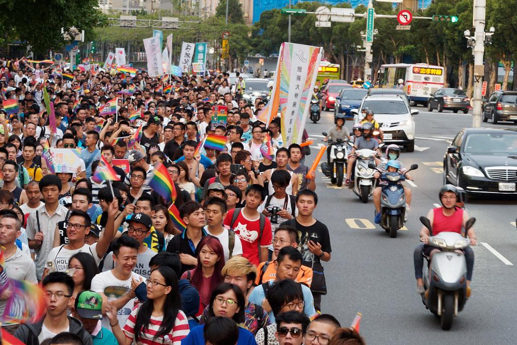 婚姻平權遊行隊伍沿著北市忠孝東路前進,人潮橫越數條車道。(攝影:林佳禾)