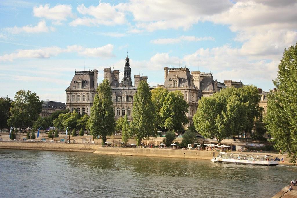 Hôtel de Ville, Promenade along La Seine, Paris