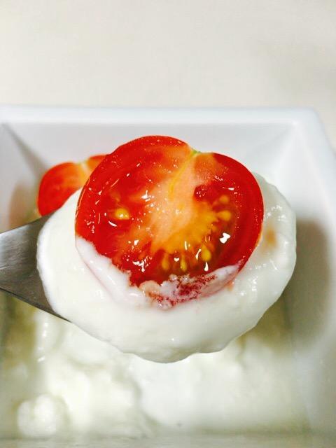 みつトマトをヨーグルトに入れた
