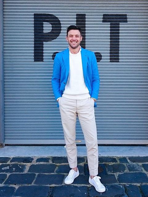 ブルージャケット×オフホワイトパンツ×白スニーカー