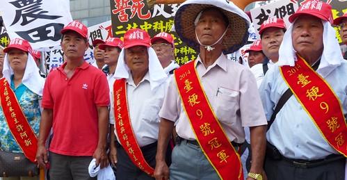 彰化竹塘鄉經典好米農民代表排成一列宣示捍衛良田。攝影:陳文姿。