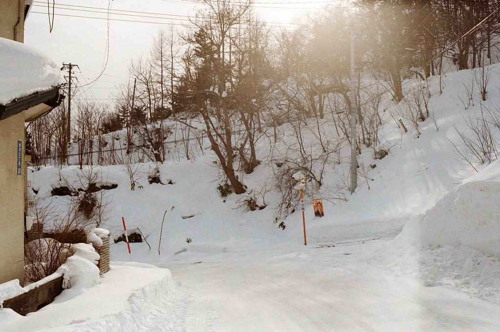小樽 Otaru, Japan / Kodak ColorPlus / Nikon FM2 轉角斜坡上的雪堆的很高,走過去會不會突然滑落,每次看到這有點壯觀的景象時都是這樣的想法。  但好像還沒習慣雪的特性,窮緊張也沒用。  後來我走到反射鏡那邊一直觀察斜坡,想看看能不能從剖面的雪看到什麼。  Nikon FM2 Nikon AI AF Nikkor 35mm F/2D Kodak ColorPlus ISO200 8269-0028 2016-02-02 Photo by Toomore