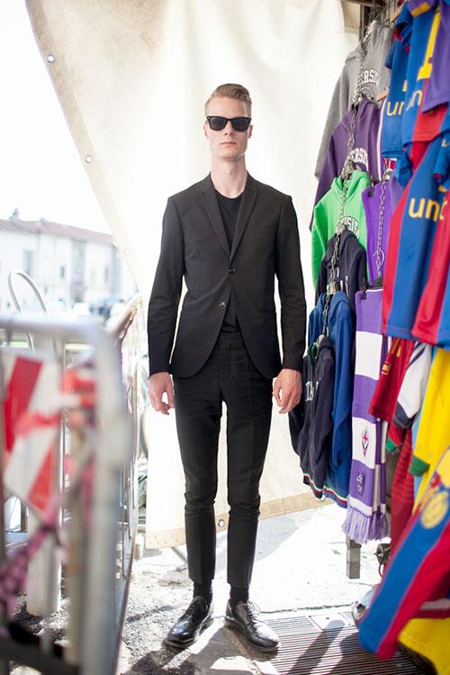ブラックスーツ×黒T×黒ウイングチップ