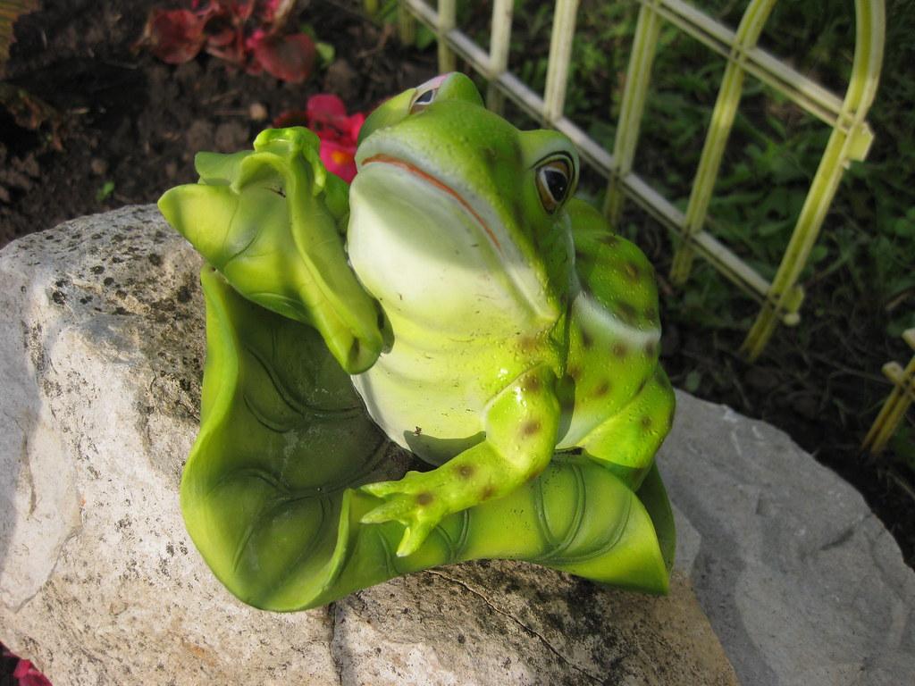 Садовая фигурка лягушки