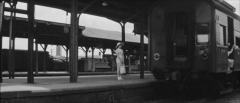 49−峰山駅のホームを出て行く上り列車・残るゆき子