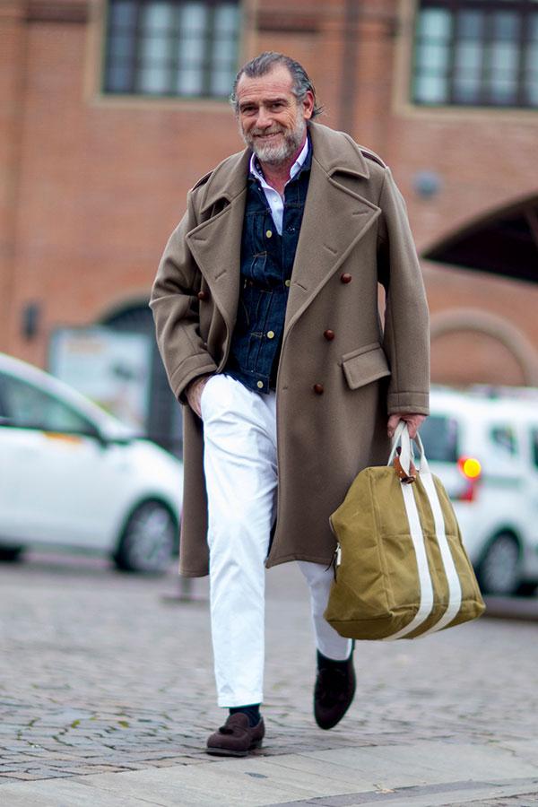 ライトブラウンダブルボタンコート×Gジャン×白シャツ×白パンツ×ブラウンスエードタッセルローファー
