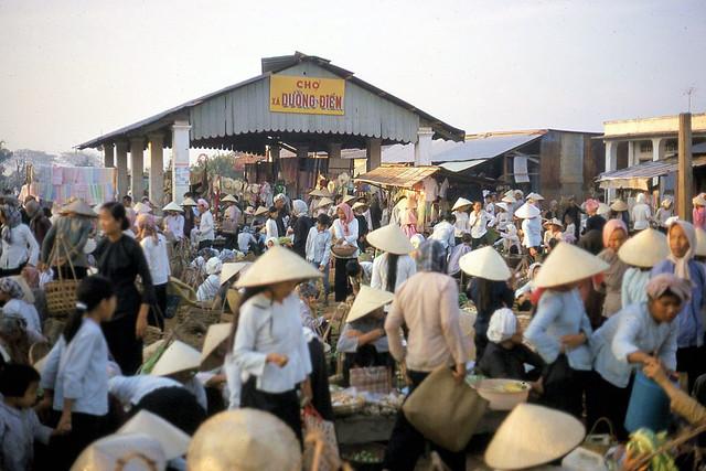 Vietnam 1970 by Stewart Jackson (1) - Chợ xã Dưỡng Điềm, quận Sầm Giang, tỉnh Định Tường