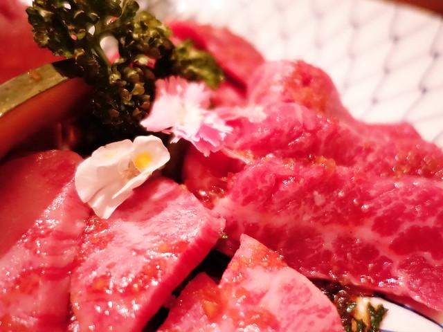 花びらとパセリと肉