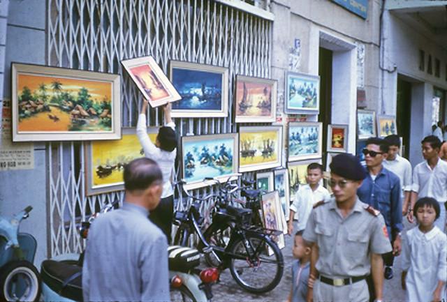 SAIGON 1968-69 - Bán tranh trước CLB Báo Chí đường Lê Lợi