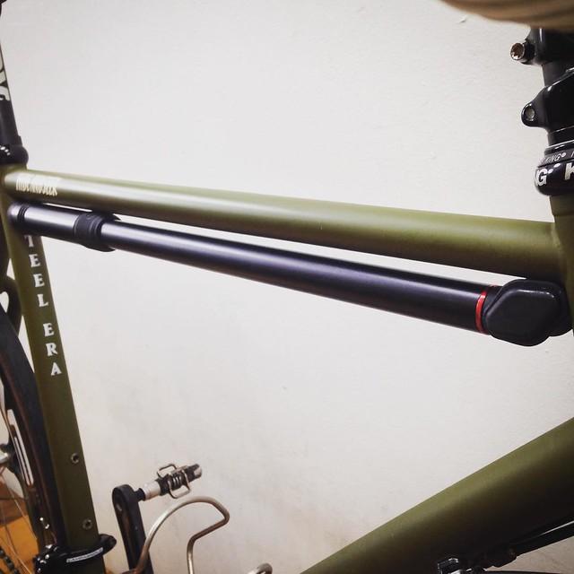 Silca Impero Ultimate Frame Pump入荷しました。 フルアルミボディで軽量かつ耐久性も高く、無駄の無いフォルムは自転車フレームのデザインを邪魔する事無く美しく融合します。  写真は身長175cmの店主が乗る自転車にLサイズのポンプを装着しています。  #silca #impero #ultimate #framepump #steelera #abovebikestore