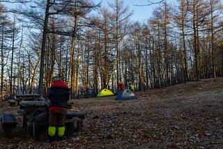 避難小屋近くにテント