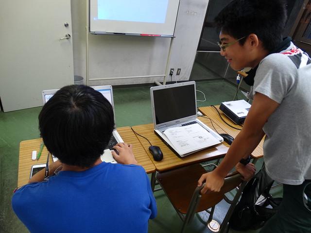 ファミリオ夏期中高プログラミング教室 お互いの作品をみながら