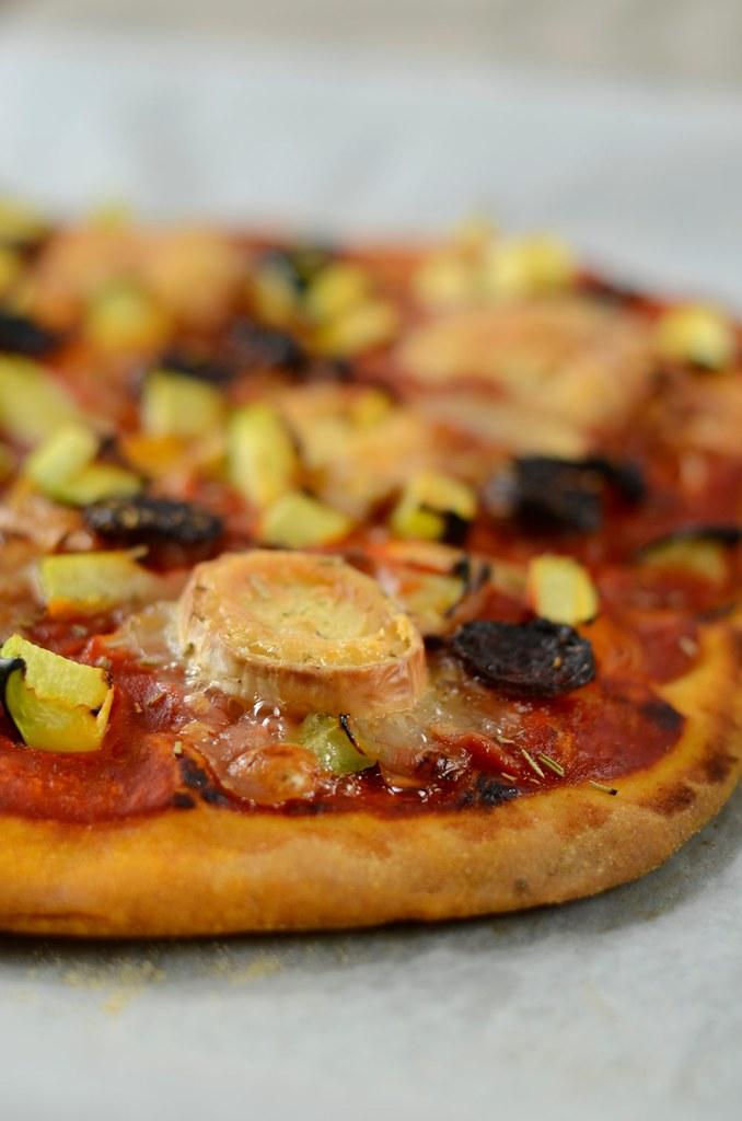 Pizza chorizo, courgette et fromage de chèvre