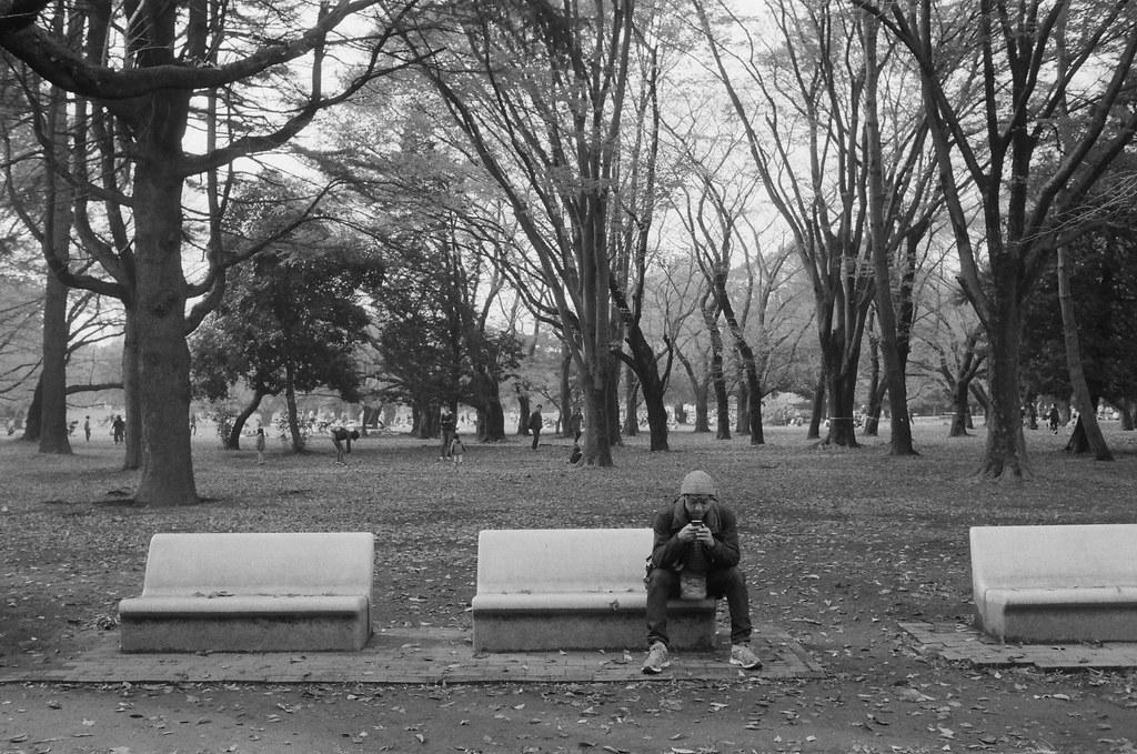 光が丘 Tokyo, Japan / Ultrafine Extreme / Nikon FM2 那時候裝了一捲黑白的在光が丘公園拍,一路上走看到兩旁的座位都坐著各式忙碌的人。  有的人在滑手機  Nikon FM2 Nikon AI AF Nikkor 35mm F/2D Ultrafine Extreme 400 9084-0009 2016/11/20 Photo by Toomore