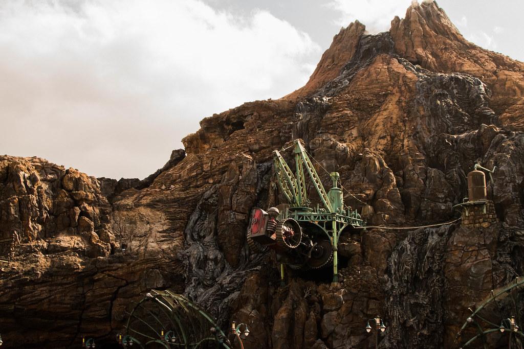 山に突き刺さるドリルカー
