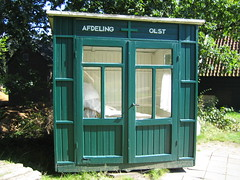 public toilet(0.0), telephone booth(0.0), outdoor structure(1.0), window(1.0), kiosk(1.0), shed(1.0),