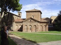 Galla Placidia (gemalin van de laatste Romeinse keizer, Honorius) ligt feitelijk begraven in Rome, maar dat heeft niets afgedaan aan de ijver en praal waarmee haar mausoleum van binnen versierd is.