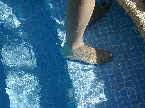 水泳のクロールでゆっくり長く泳...
