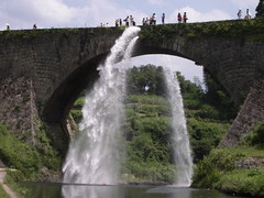 wasserfall(0.0), waterfall(1.0), devil's bridge(1.0), reservoir(1.0), water feature(1.0), water(1.0), river(1.0), body of water(1.0), watercourse(1.0), arch bridge(1.0), waterway(1.0),