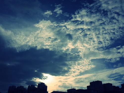 2015年7月8日、台湾・台北で撮影した雲の写真、クロスプロセス設定