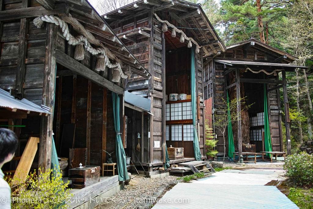 巨大な蔵と木彫の七福神