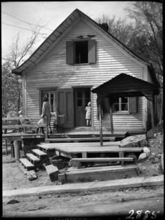 Cottage at St. Ours, Quebec, 1929 /  Chalet à Saint Ours (Québec), en 1929