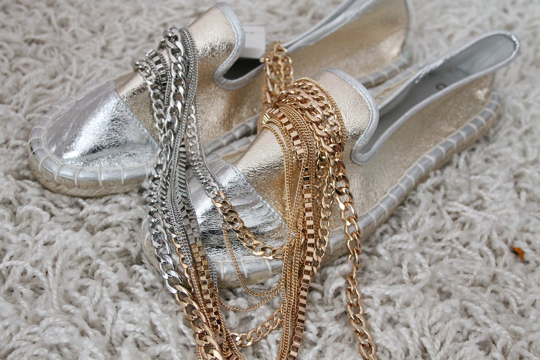 espadrilles-schuhe-sommer-trend-silber-gold-beliebter-modeblog-fashionblog-kette