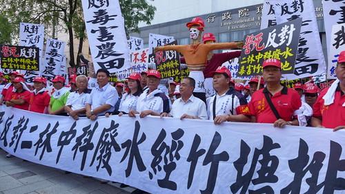 彰化竹塘居民抗議中科廢水將流經該地良田。攝影:陳文姿。