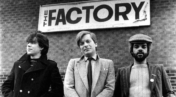 Слева направо: дизайнер Factory Records Питер Сэвилл, Тони Уилсон, Алан Эразмус. Фото: Kevin Cummins